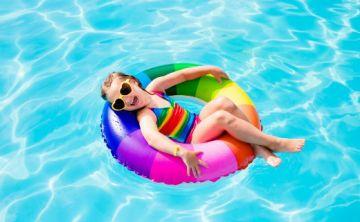 Dermatitis atópica, sol y piscina: ¿cómo lidiar con esta condición cuando llega el verano?