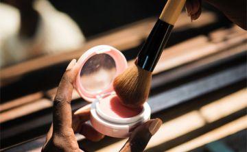 Investigadores relacionan uso de productos de belleza con posibles daños a la fertilidad femenina y el cáncer de mama