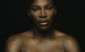 Serena Williams canta en topless para promover el autoexamen de seno