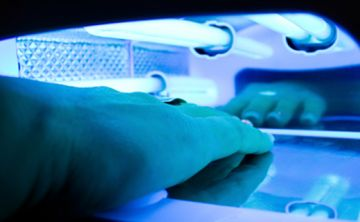 Uso excesivo de rayos UV para tratamiento de uñas puede causar cáncer de piel
